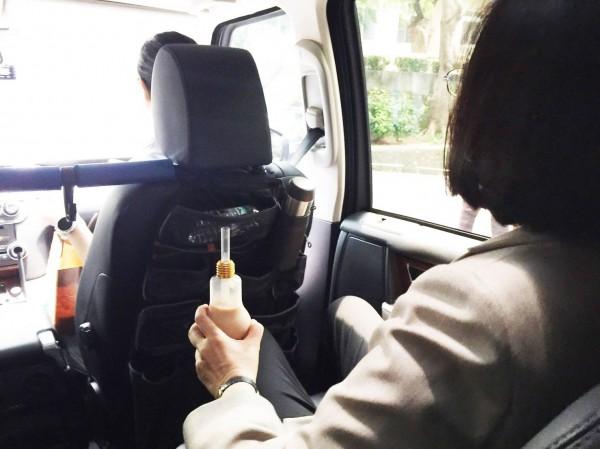 小英聽完大冰奶梗後,竟低頭猛喝手上的珍奶。(圖擷取自臉書)