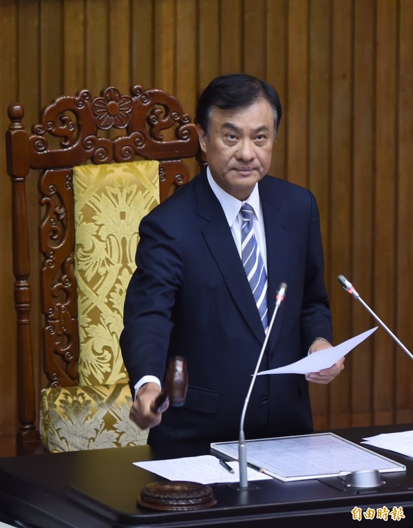 立法院長蘇嘉全敲下議事槌,宣布「國民體育法」三讀通過。(記者劉信德攝)