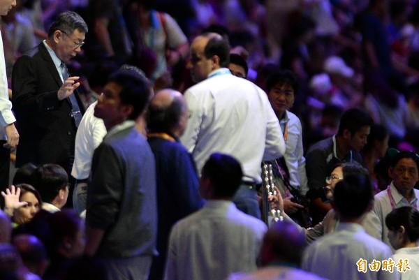 世大運開幕運動員進不了場,柯文哲與蔡英文總統表情凝重。(記者林正堃攝)
