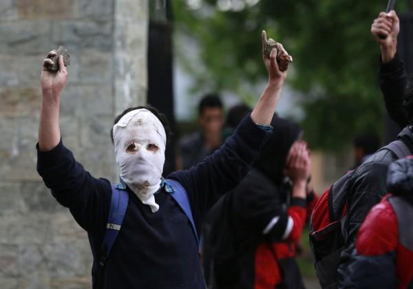 外界認為,大批女學生首度加入抗爭,表示印控喀什米爾已來到前所未有的動盪局勢。(歐新社)