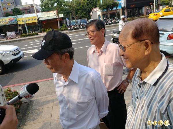獲假釋的總統府前副秘書長陳哲男(左一)表示,「無能為力」再為兒子陳其邁輔選、站台。(記者黃良傑攝)