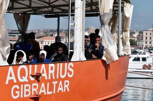 一名孕婦在搭乘救援船時產子。(法新社)