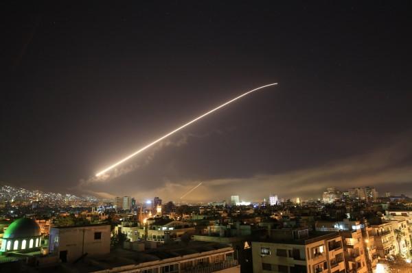 一張外媒所拍攝的美軍空襲敘利亞照片,有中國網友在底下留言:「希望給北京來一個。」立刻被當局掌握,帶走調查。(美聯社)