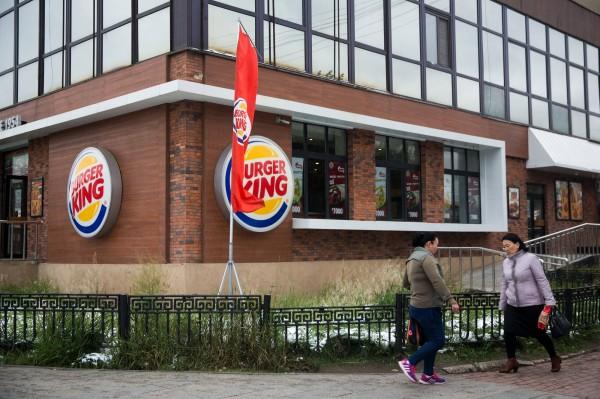 速食店竞争激烈的年代,美国汉堡王近期发起一项活动,让消费者可以用1美分(约台币3角)的价格,购买自家招牌产品「华堡」,唯一的但书竟然是要求消费者要去麦当劳点餐后,才能回到汉堡王取餐。(彭博)