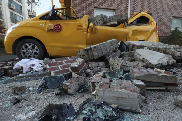 市區有許多掉落物,掉落物及電線桿倒塌壓毀許多車輛。(美聯社)