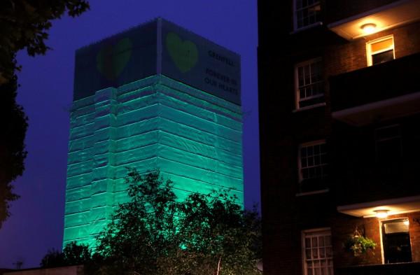 倫敦打上綠光紀念火災往生者。(路透)