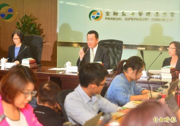 金管會主委顧立雄(中)上任後第一次記者會,發表上任後對金融業的政策方向。(記者王藝菘攝)