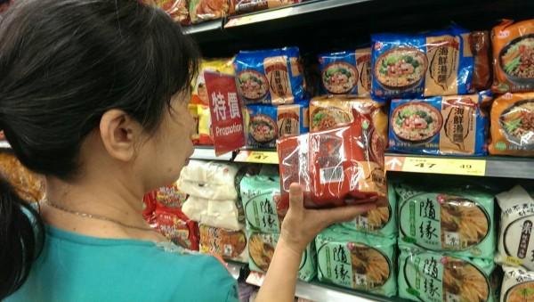 味丹台灣好泡麵也中標,民眾選購時仔細看成份。(記者張忠義攝)