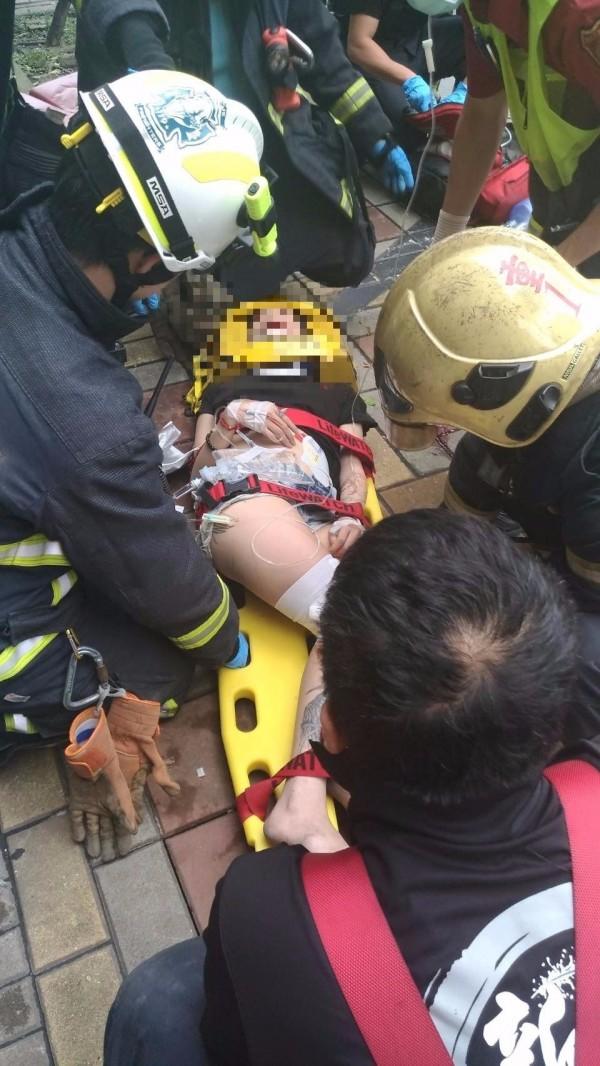救護人員趕緊幫女子包紮送醫。(記者王宣晴翻攝)