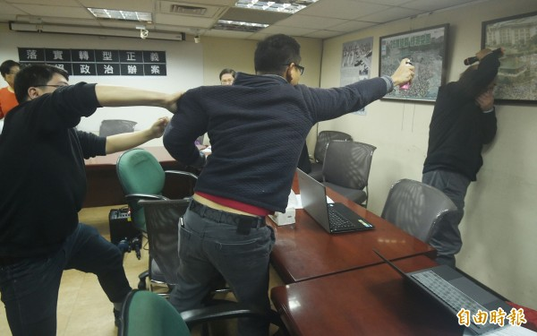 自由台灣黨主席蔡丁貴遭闖入人士噴灑生髮劑。(記者廖振輝攝)
