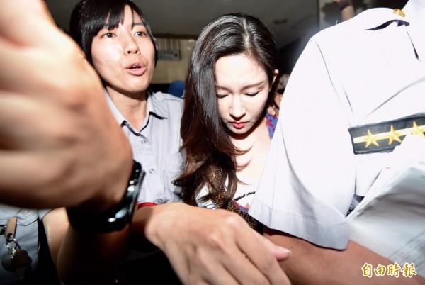 今晚約8點,蔡正元的妻子洪菱霙已結束檢事官初訊,被移送至北檢進行複訊。(記者簡榮豐攝)
