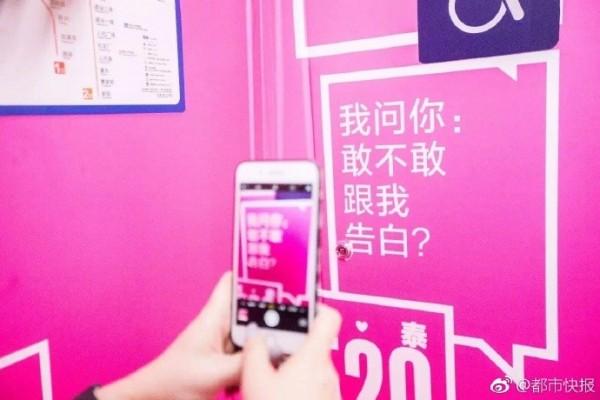 中國浙江杭州的地鐵車廂近日引發外界關注,因為車廂內佈滿了各種以「我問你」開頭的廣告語句,部分內容甚至帶有性暗示。(圖擷自微博)