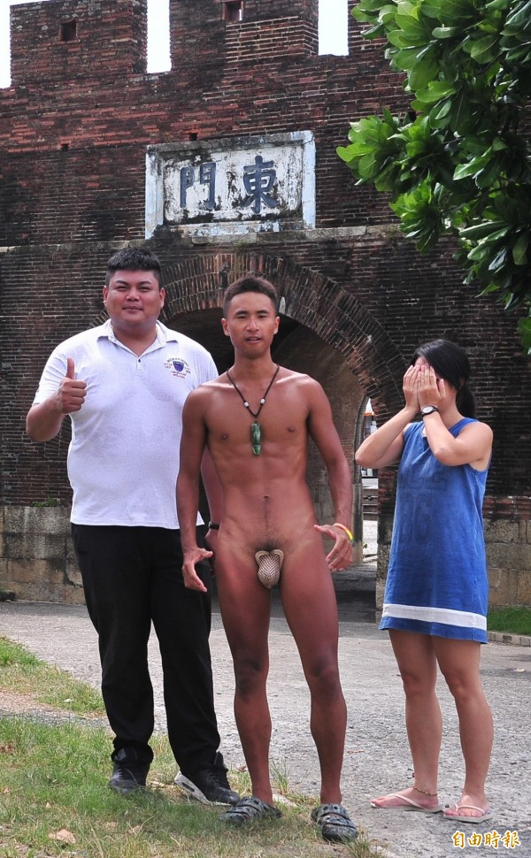 蔣誼劭穿C褲在古城宣揚理念,民眾要求合照,也有人害羞地遮住眼不敢直視。(記者蔡宗憲攝)