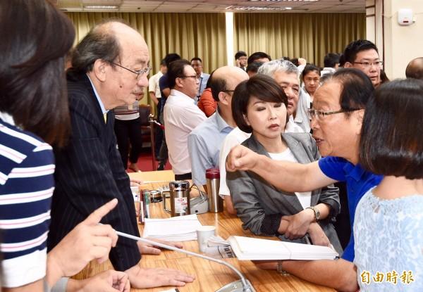 民進黨總召柯建銘(左)、國民黨總召林德福(右)針對誰當會議主席爭論不休。(記者羅沛德攝)