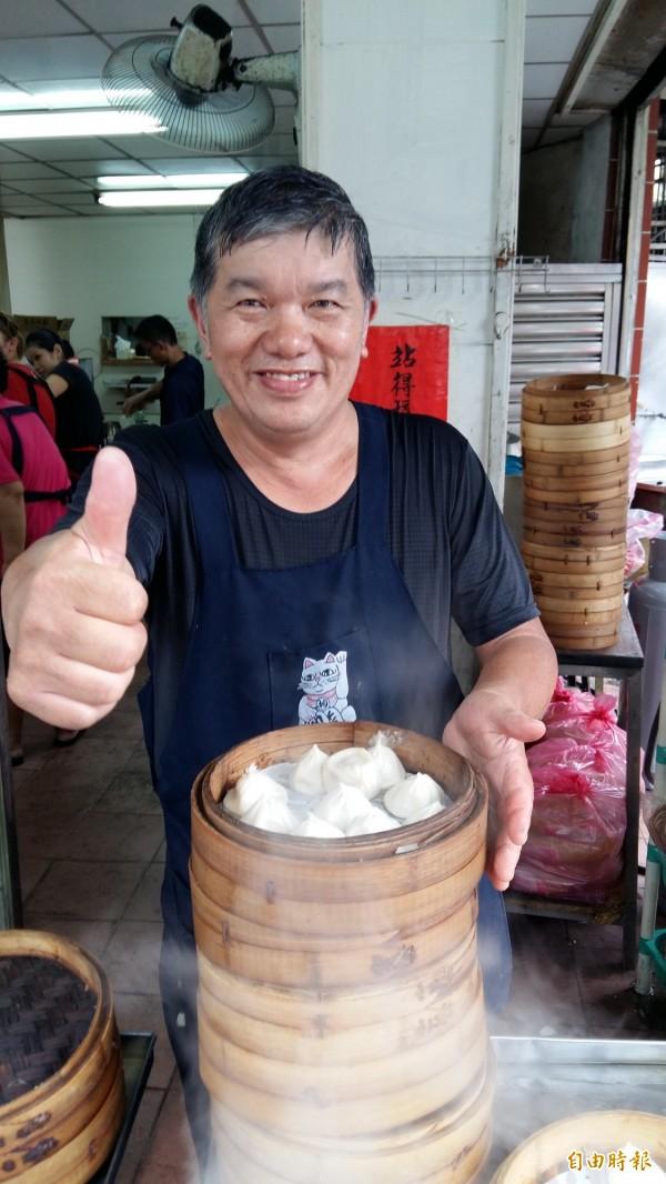 老闆蕭太和堅持使用好的原物料,薄利多銷,讓客人吃得飽,吃得安心。(記者賴筱桐攝)