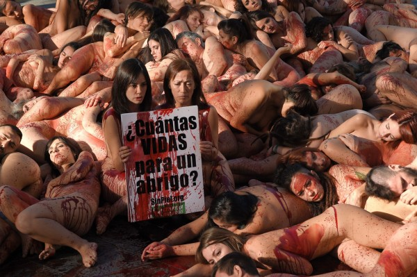 動保團體Animanaturalis召集上百人「浴血」裸體抗議皮草行業殘害動物。(法新社)