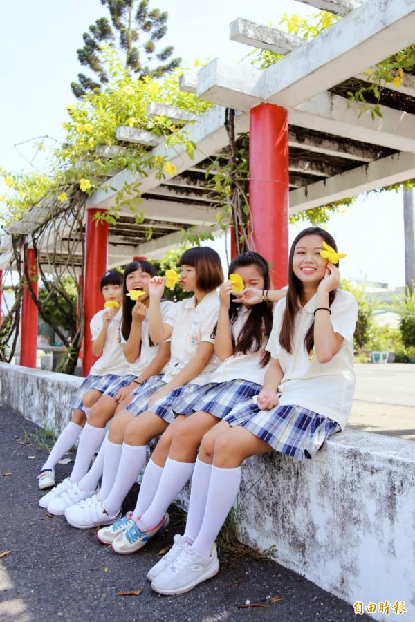公主袖搭白襪、白鞋,有日本漫畫制服FU,學生喜歡為「小白鞋」做變化。(記者邱芷柔攝)