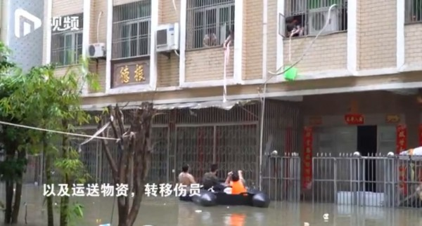 汕頭的民眾也自發性的組成救援隊,到處為受困災民運送物資。(圖擷取自《南方都市報》)