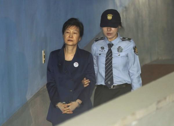 首爾中央地方法院今日作出裁決,凍結朴槿惠約60億韓元(約新台幣1億6千萬元)資產。(美聯社)