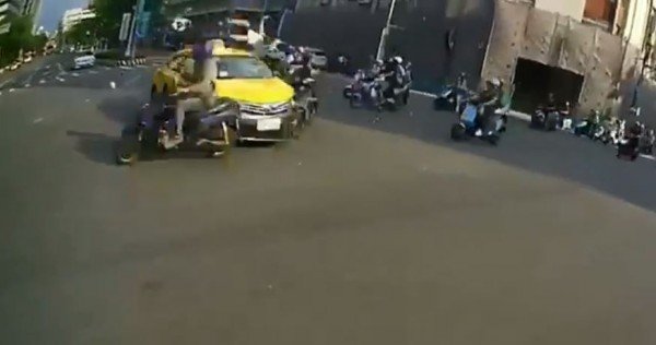 1名19歲義務役男1日收假當天,騎車載著女友前往板橋火車站,不料遇上1輛闖紅燈的計程車,將情侶及多名騎士撞得七葷八素,令網友直呼「打保齡球」。(圖擷取自爆料公社)
