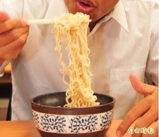 顏宗海建議民眾吃泡麵時,不要把湯喝光,以免攝取過多納,進而導致腎功能受損。吃泡麵情境照,圖中人物與新聞無關。(資料照)