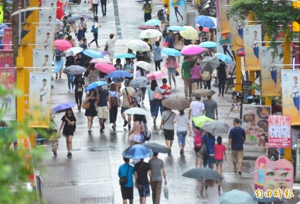 今天氣溫仍偏高,隨鋒面通過,北台灣將轉為有雨天氣。(資料照)