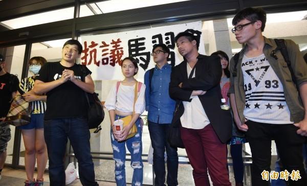 陳為廷(左二)等人,前往松山機場抗議馬習會。(記者劉信德攝)
