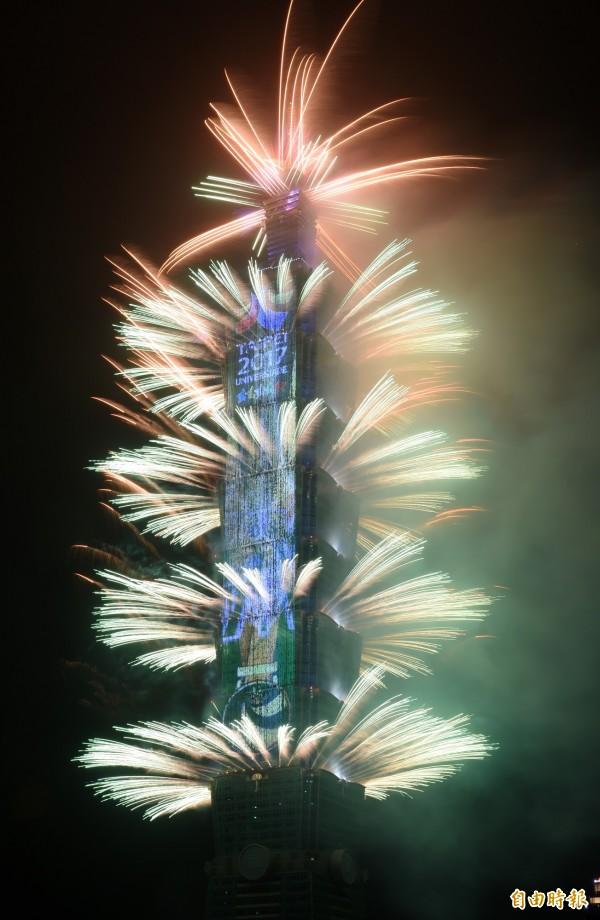 2018台北101跨年煙火秀深夜登場,主辦單位運用全球密度最高的LED燈網T-Pad搭配煙火和塔身燈光,一起展現多媒體效果。(記者廖振輝攝)