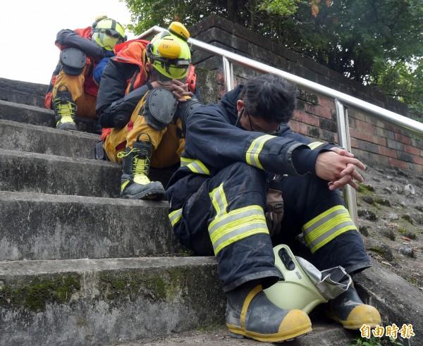 搜救人員把握休息時間小憩。(記者黃耀徵攝)