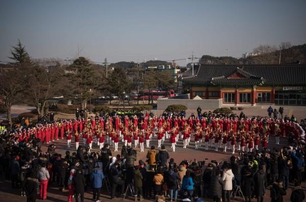 北韓啦啦隊演出兩韓著名童謠「阿里郎」等曲目。(法新社)