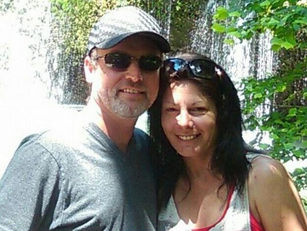 喬(右)和家人到湖邊度假,沒想到竟被感染上重病,被迫截去四肢,到現在都還陷入昏迷。(圖取自紐約每日郵報)