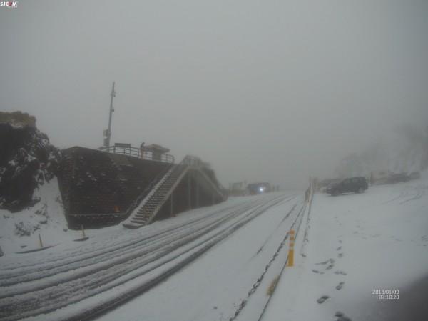 合歡山低溫已下探零下0.1度,道路也出現結冰。(合歡山玩雪團提供)