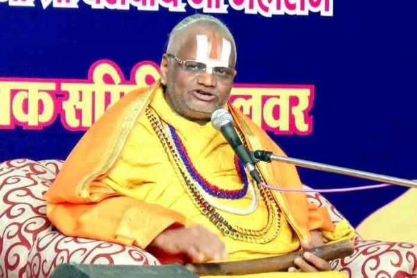印度宗教領袖馬哈拉杰因性侵一名21歲女信徒,遭到警方逮捕並拘留15天,最高將面對10年的徒刑。(圖取自Mumbai News World臉書)