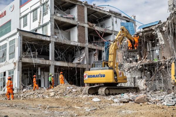 印尼在上月底才因強震、海嘯襲擊,造成至少2000人喪生,圖為搜救隊本月10日在帕盧找尋地震受害者。(彭博)