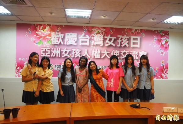 振聲中學也派女學生到市府,與亞洲女孩人權大使交流。(記者陳昀攝)