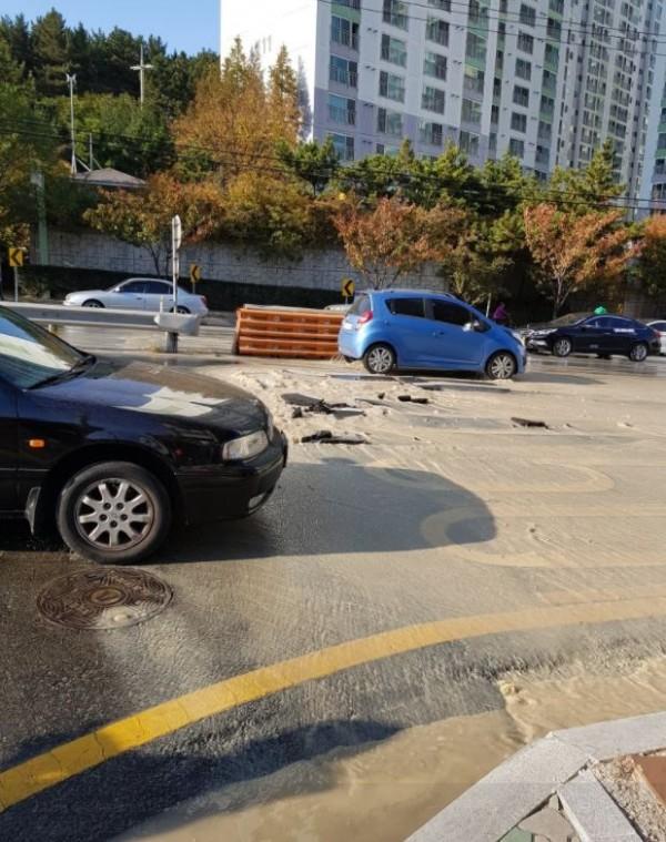 位於震央附近的浦項市傳出道路龜裂、管線損毀等災情。(圖擷自twitter)
