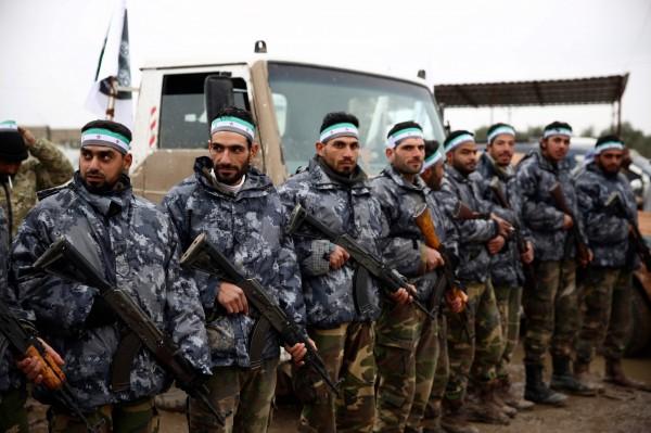 整装待发的叙利亚反抗军准备前往曼比季。(法新社)