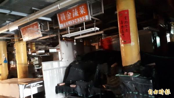陳樹菊菜攤蓋著黑網(記者黃明堂攝)