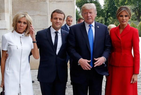 川普當面稱讚法第一夫人布莉姬(左1)身材很棒,這樣的發言受到外界不少批評。(法新社)