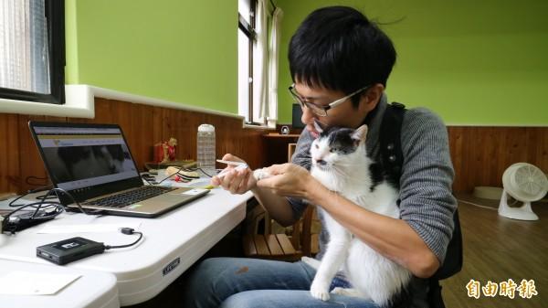 陳人祥表示,愛滋貓並不會傳染給人,健康狀況良好的愛滋貓也可以當一般貓照顧。(記者臺大翔攝)