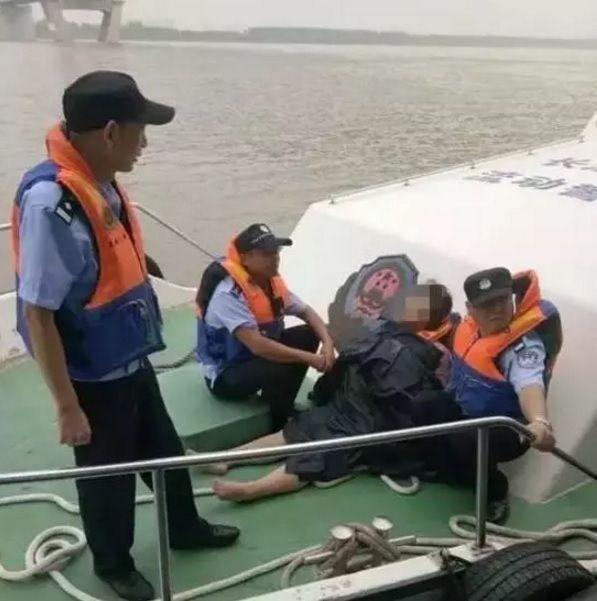 湖北一名女子因工作不順跳長江輕生,但因為後悔想保命,便在江上漂流長達近5小時,最後成功獲救。(圖擷自環球網)