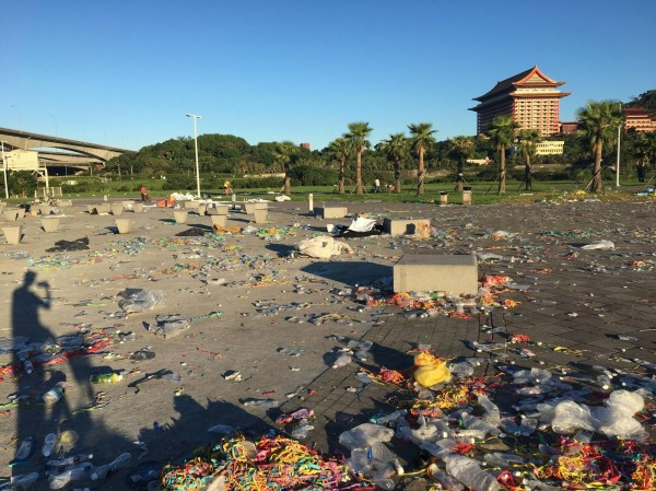 電音趴過後,台北大佳河濱公園遍地垃圾。(圖擷取自PTT)