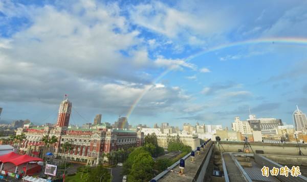 10月10日國慶日,一早總統府周邊出現一道彩虹。(記者張嘉明攝)