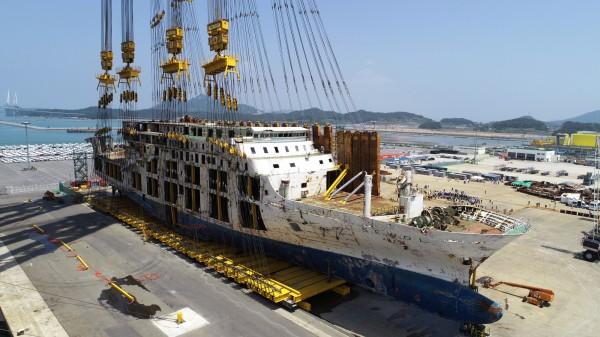 南韓執政黨國會議員週三(11日)公布一份相當具爭議的政府文件,軍情單位「國軍機務司令部」(DSC)曾在發生世越號船難後,建議當時的總統朴槿惠,別打撈沈船,就讓其長眠水下,以避免輿論批評。(歐新社)