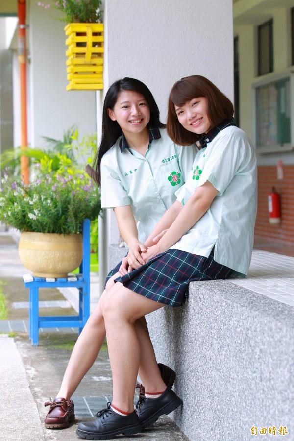 淺綠色上衣搭配墨綠格紋裙,散發青春氣息又不失穩重。(記者陳冠備攝)
