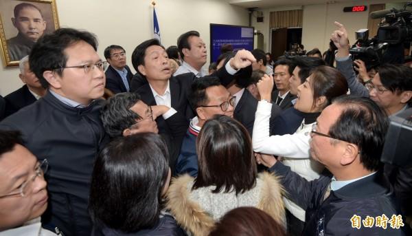民進黨立院黨團提案停止討論,全數送出委員會,引起在野黨立委不滿,在主席台前推擠叫罵。(記者張嘉明攝)