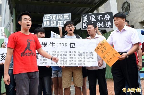政大野火在10月底曾在政大行政大樓前召開記者會,要求校方廢除帶有黨國色彩的舊校歌。(資料照,記者方賓照攝)