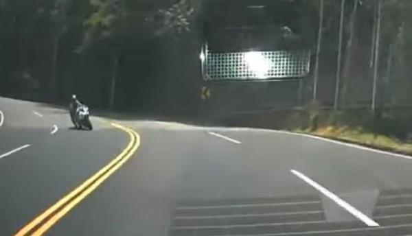 有民眾昨(9)日上午11點26分,開車行經南投縣水里往日月潭頭社路段,在蜿蜒山路中被1名重機駕駛人壓雙黃線過彎險些撞上。(圖擷取自爆料公社)