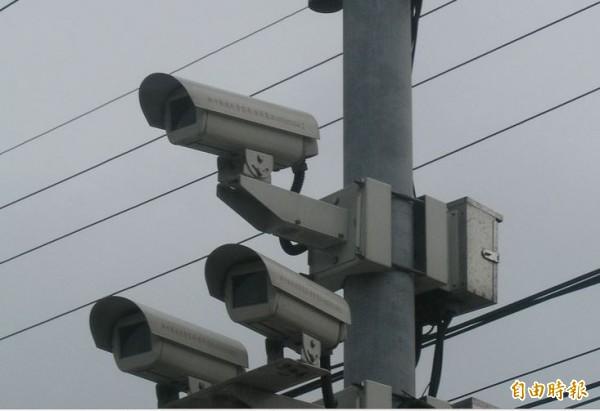 台北捷運站沿線監視器高達8成,還在使用30萬畫素的監視攝影機,市長柯文哲說,坦白講這個案子滿奇怪的,會帶回去檢討。示意圖與新聞無關。(資料照。記者廖雪茹攝)