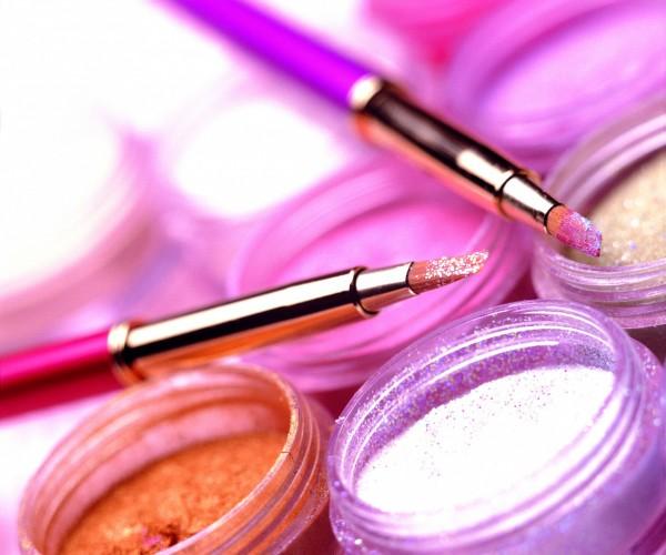 食藥署對化粧品規畫出三大管理新制度,要求通報期限,同時建置問題化粧品回收與追溯制,違者最重罰100萬元。(情境照)